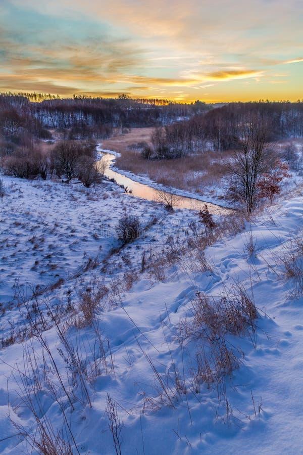 Nascer do sol do inverno sobre o vale coberto com a neve fotos de stock royalty free