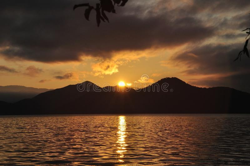 Nascer do sol do monte ao lado do lago imagens de stock royalty free