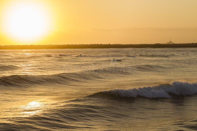 nascer do sol do oceano do Paddler do Ressaca-esqui fotos de stock