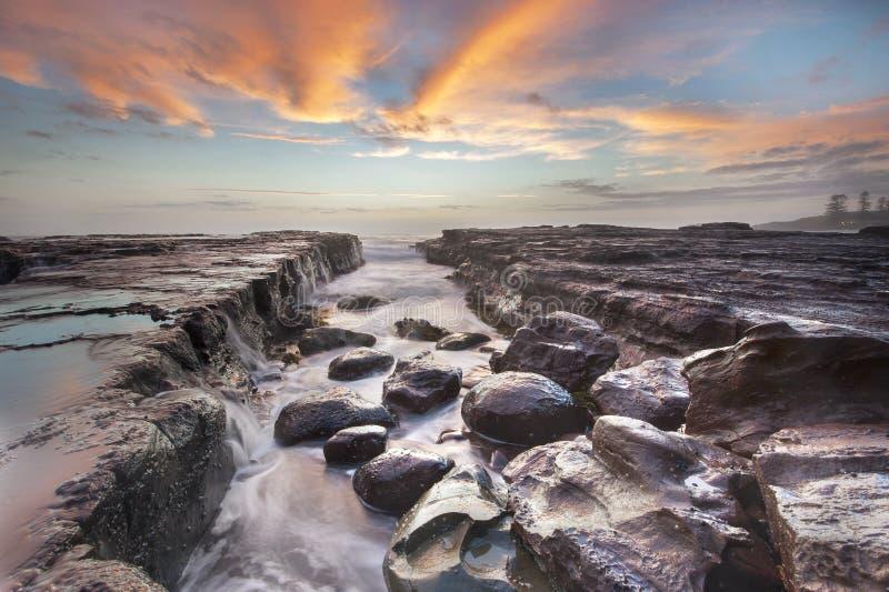 Nascer do sol do Seascape na praia da ressaca de Kiama, NSW, Austrália fotos de stock royalty free