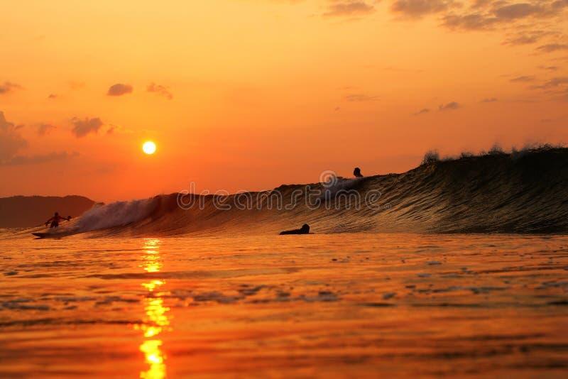 Nascer do sol dos surfistas no Oceano Pacífico Japão foto de stock royalty free