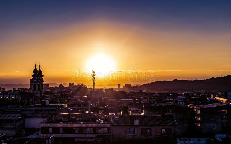 Nascer do sol dourado bonito sobre a baixa de Ibague imagem de stock