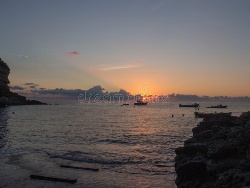 Nascer do sol e barco no mar Mediterrâneo Ilha de Pantelleria, Itália foto de stock royalty free