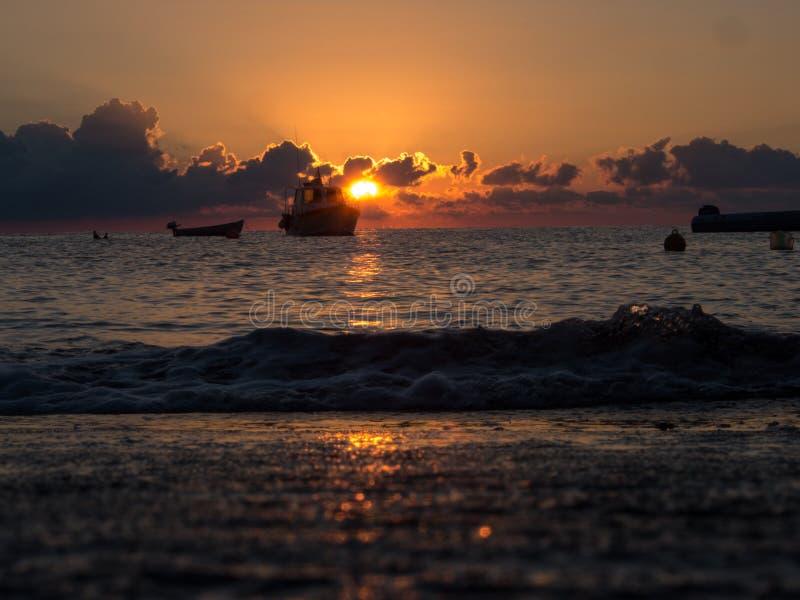 Nascer do sol e barco no mar Mediterrâneo Ilha de Pantelleria, Itália fotos de stock royalty free