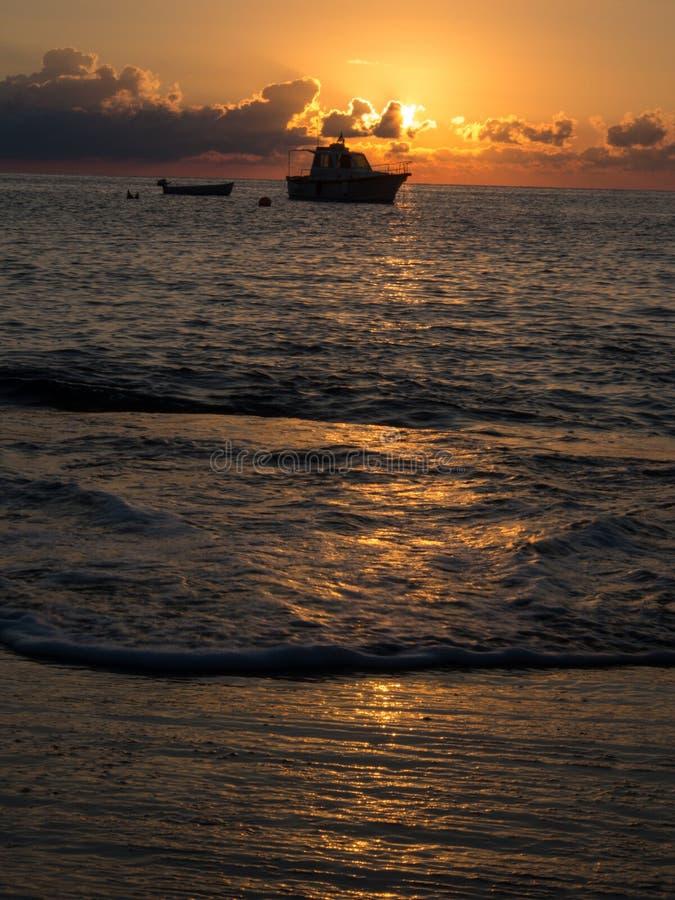 Nascer do sol e barco no mar Mediterrâneo Ilha de Pantelleria, Itália fotografia de stock royalty free