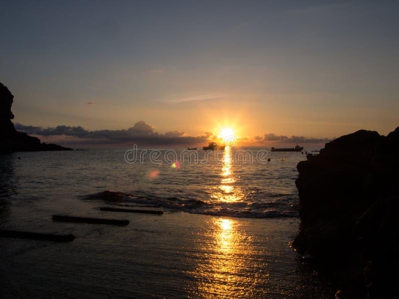 Nascer do sol e barco no mar Mediterrâneo Ilha de Pantelleria, Itália imagens de stock