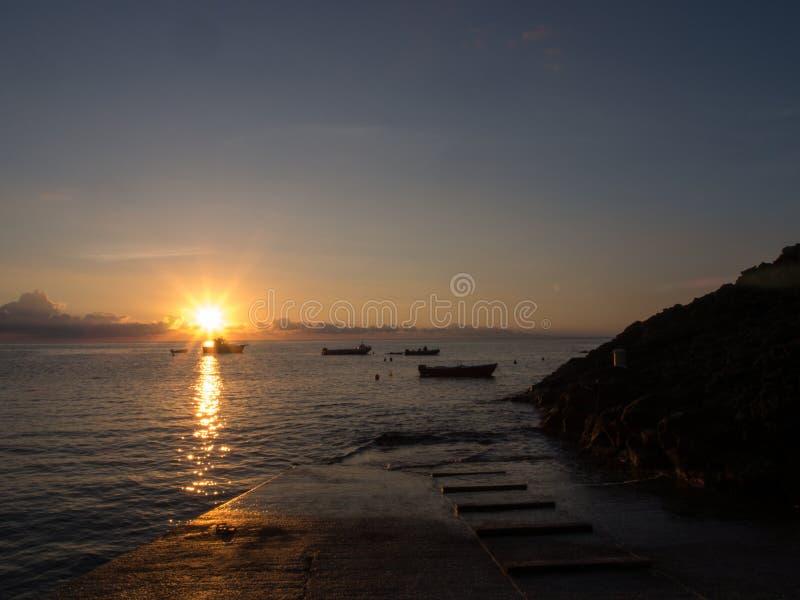 Nascer do sol e barco no mar Mediterrâneo Ilha de Pantelleria, Itália imagem de stock