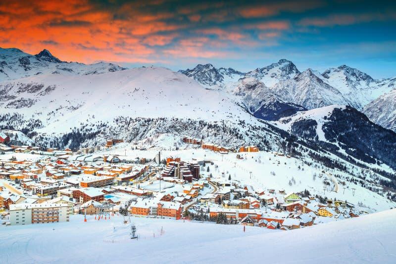 Nascer do sol e estância de esqui maravilhosos nos cumes franceses, Europa foto de stock
