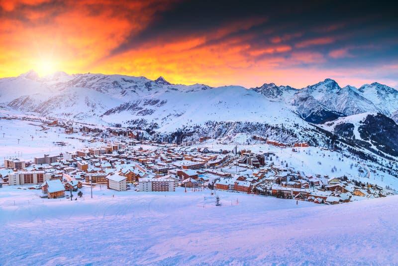 Nascer do sol e estância de esqui surpreendentes nos cumes franceses, Europa imagem de stock