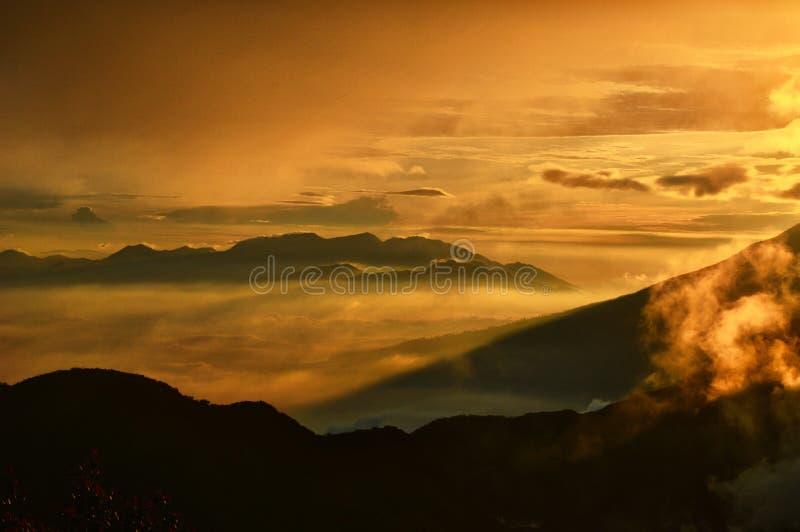 Nascer do sol e nuvens fotografia de stock royalty free
