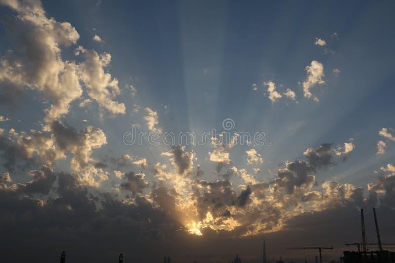 Nascer do sol e por do sol dramáticos no céu nebuloso, fundo da natureza, conceito da esperança imagem de stock royalty free