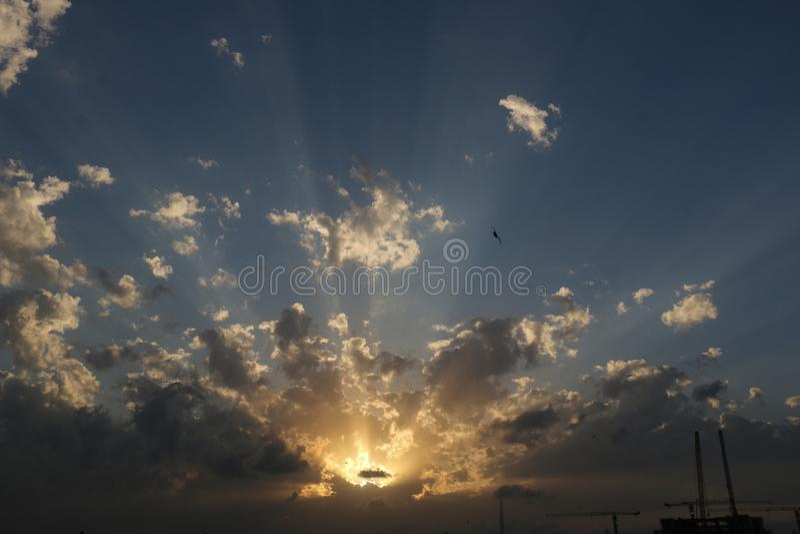 Nascer do sol e por do sol dram?ticos no c?u nebuloso, fundo da natureza com raio de sol forte, conceito da esperan?a foto de stock royalty free