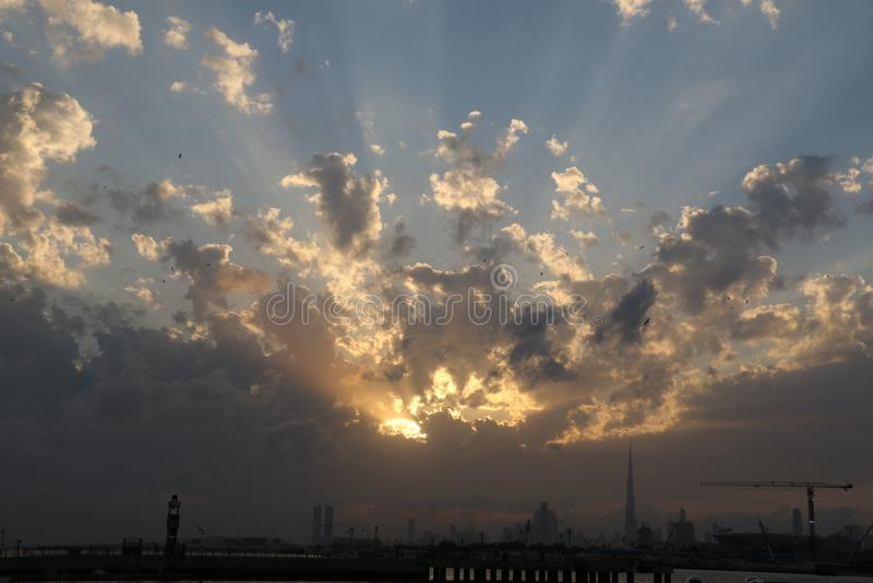Nascer do sol e por do sol dram?ticos no c?u nebuloso, fundo da natureza com raio de sol forte, conceito da esperan?a fotografia de stock royalty free