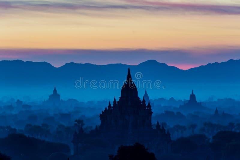 Nascer do sol em Bagan, vista do ponto culminante, cor azul de dominação imagem de stock