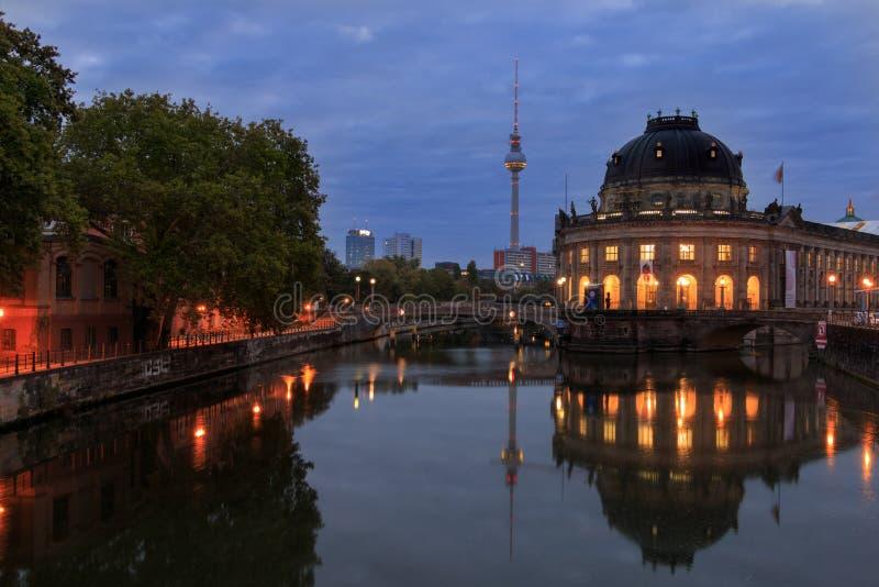 Nascer do sol em Berlim com a ilha famosa do museu e a torre da tevê imagens de stock