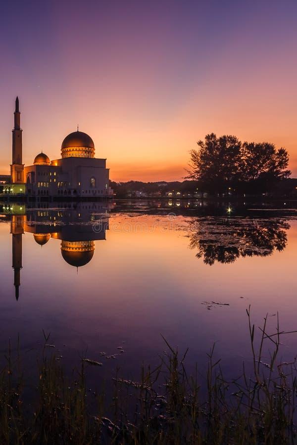 Nascer do sol em como-salam o puchong da mesquita, malaysia foto de stock royalty free