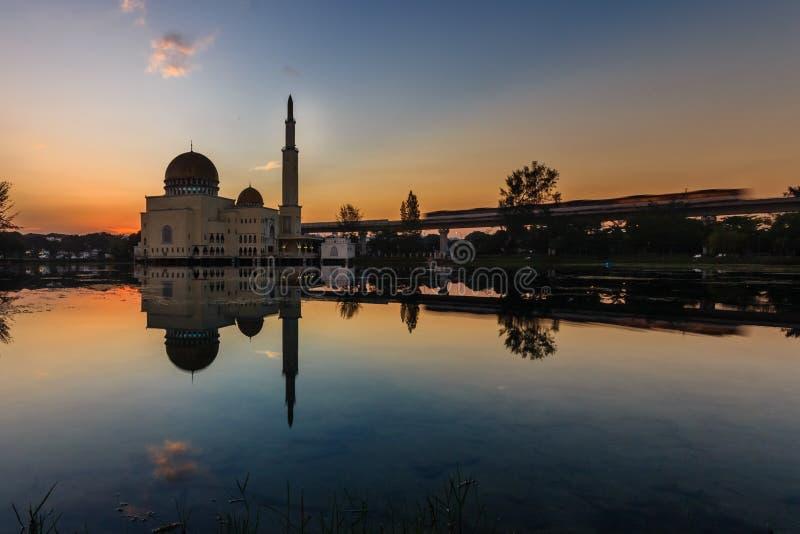 Nascer do sol em como-salam o puchong da mesquita, malaysia fotografia de stock