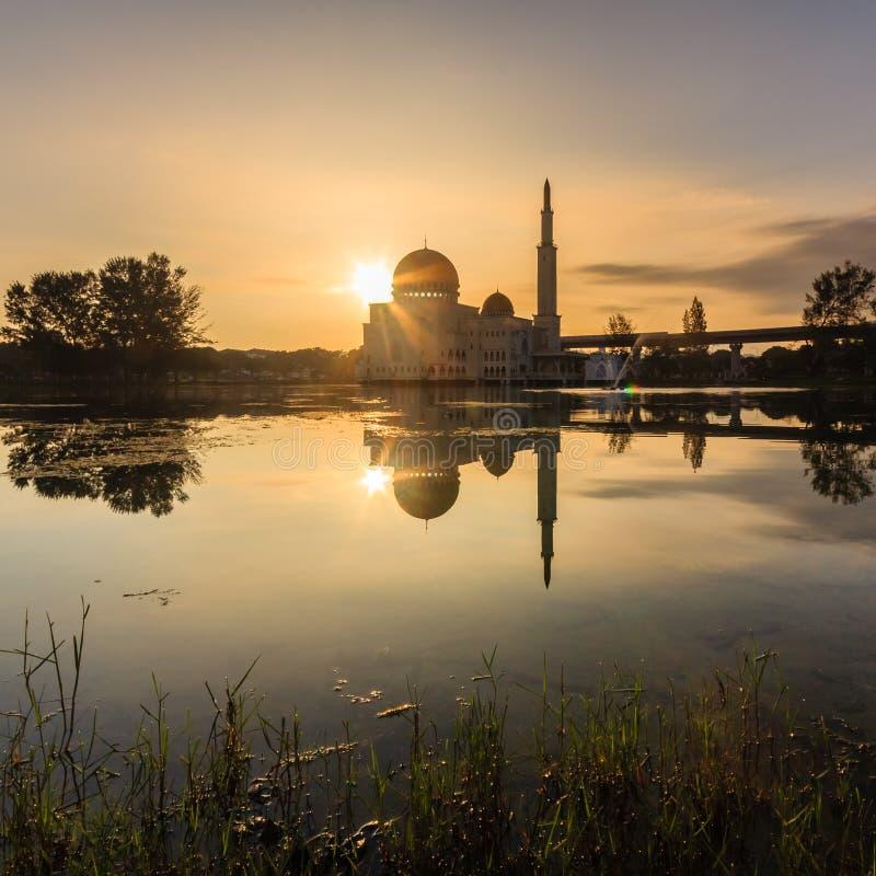 Nascer do sol em como-salam o puchong da mesquita, malaysia imagem de stock