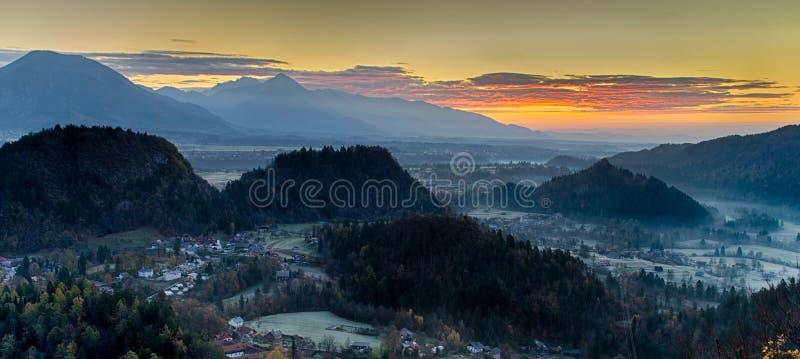 Nascer do sol em Julian Alps em Eslov?nia foto de stock