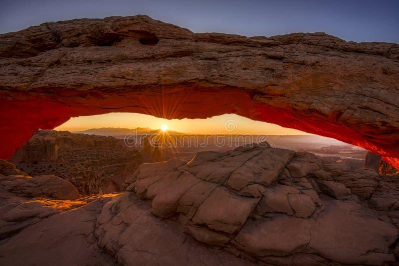 Nascer do sol em Mesa Arch icônico no parque nacional de Canyonlands imagens de stock royalty free