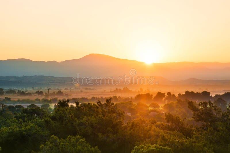 Nascer do sol em montanhas imagem de stock royalty free