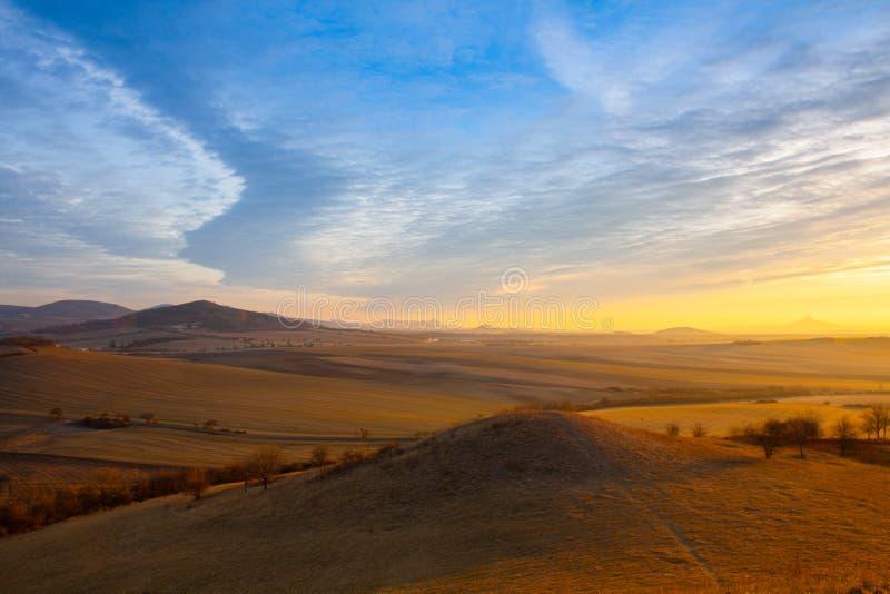 Nascer do sol em montanhas boêmias centrais, República Checa imagem de stock