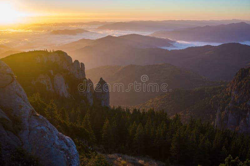 Nascer do sol em montanhas de Ceahlau, Romênia fotos de stock royalty free
