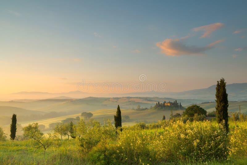 Nascer do sol em montes de Tuscan fotografia de stock royalty free