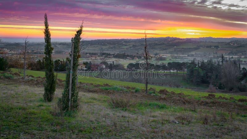 Nascer do sol em montes italianos imagens de stock