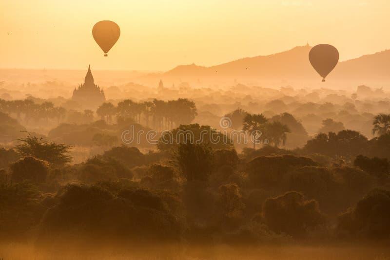 Nascer do sol em pagodes de Bagan foto de stock