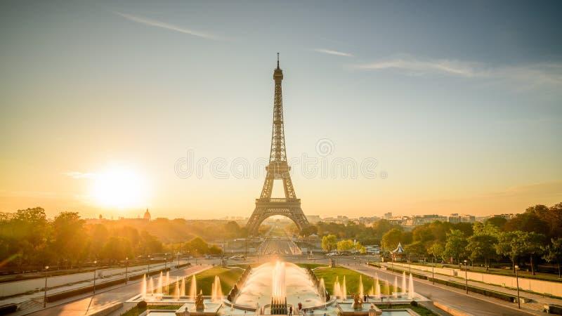 Nascer do sol em Paris, na frente da torre Eiffel fotografia de stock