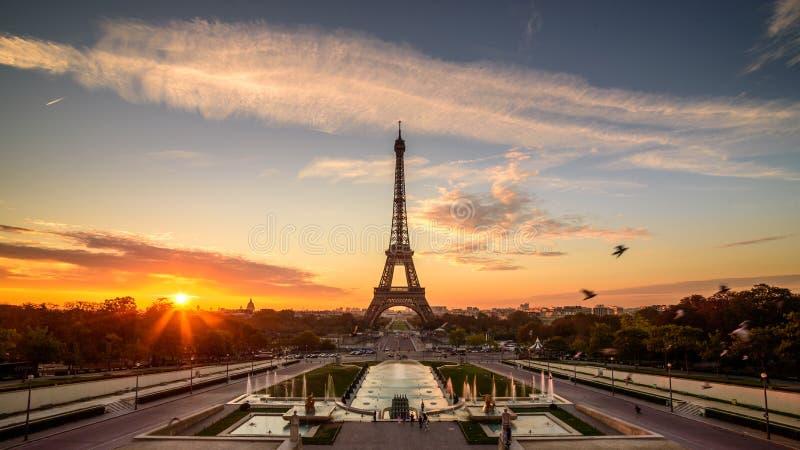 Nascer do sol em Paris, na frente da torre Eiffel imagens de stock