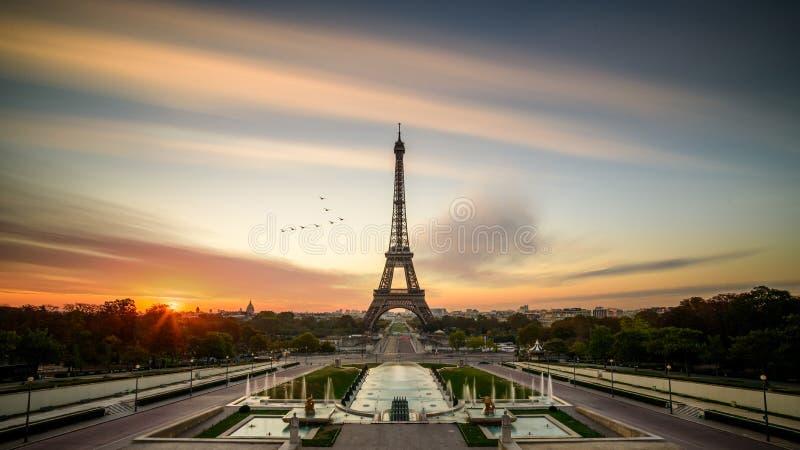 Nascer do sol em Paris, na frente da torre Eiffel fotografia de stock royalty free