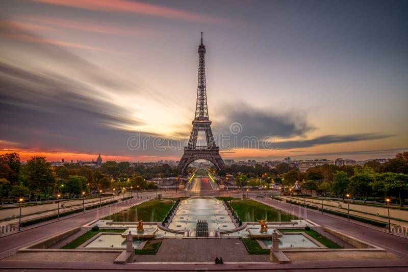 Nascer do sol em Paris, na frente da torre Eiffel imagem de stock