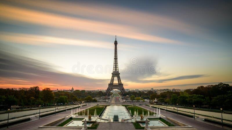 Nascer do sol em Paris, na frente da torre Eiffel fotos de stock