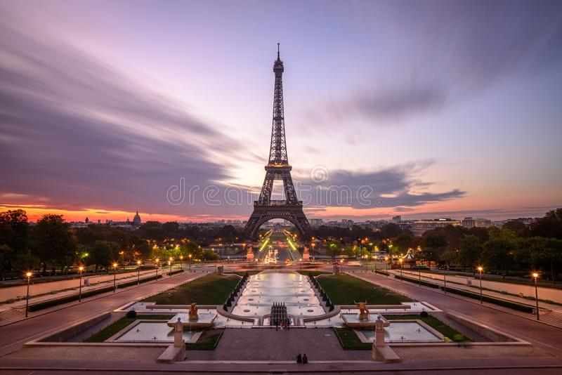 Nascer do sol em Paris, na frente da torre Eiffel fotos de stock royalty free