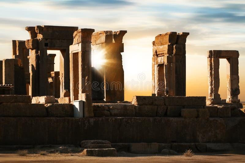Nascer do sol em Persepolis irã Pérsia antiga Fundo do nascer do sol e do por do sol fotos de stock royalty free