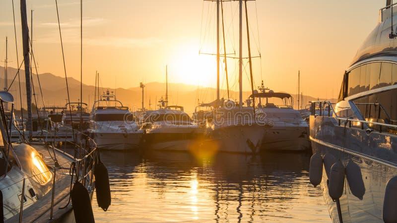 Nascer do sol em Puerto Banus, spain, com iate e luxo imagens de stock