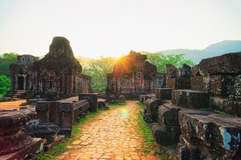 Nascer do sol em ruínas em templos hindu velhos em meu filho foto de stock