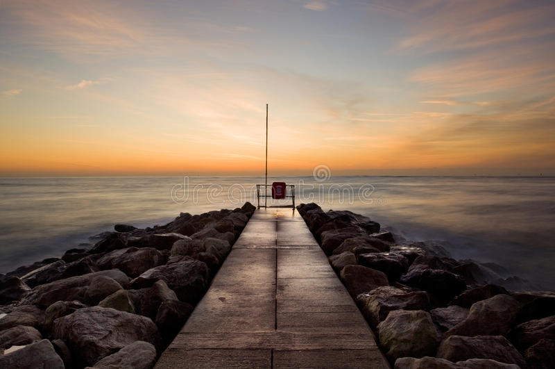 Nascer do sol em Sandbanks, Dorset, Reino Unido imagem de stock