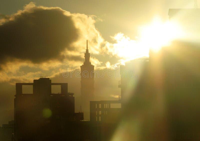Nascer do sol em Taipei, Taiwan, os 101 imagem de stock
