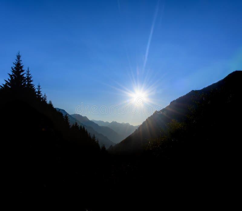 Nascer do sol em Ticino nas montanhas suíças foto de stock