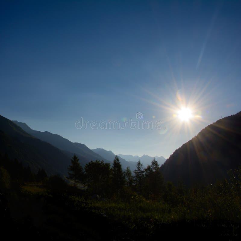 Nascer do sol em Ticino nas montanhas suíças imagem de stock