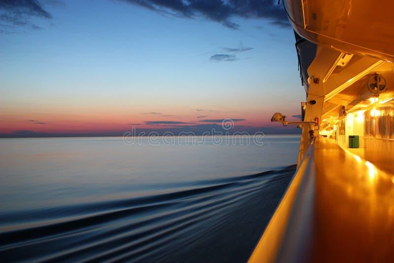 Nascer do sol em um barco do cruzeiro foto de stock royalty free