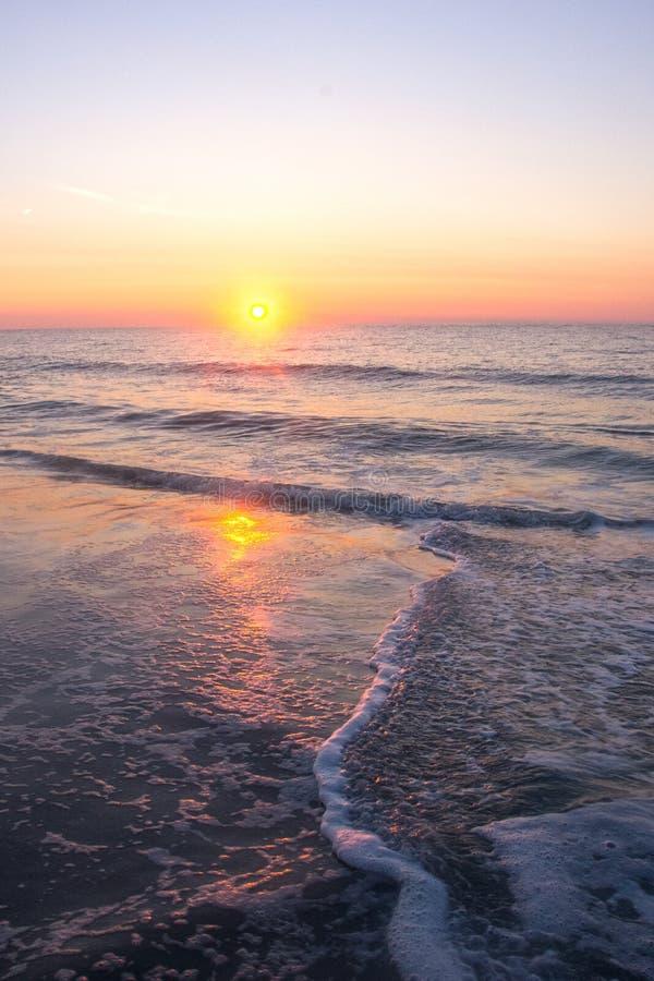 Nascer do sol em um horizonte cor-de-rosa imagem de stock