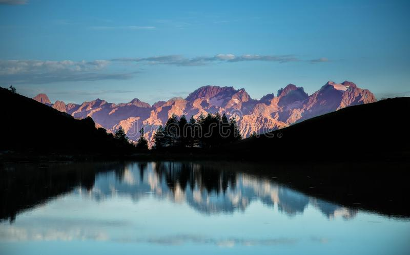 nascer do sol em um lago da montanha fotos de stock royalty free