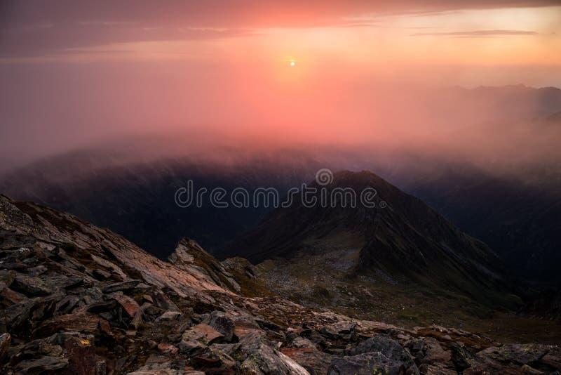 Nascer do sol em um pico de montanha foto de stock