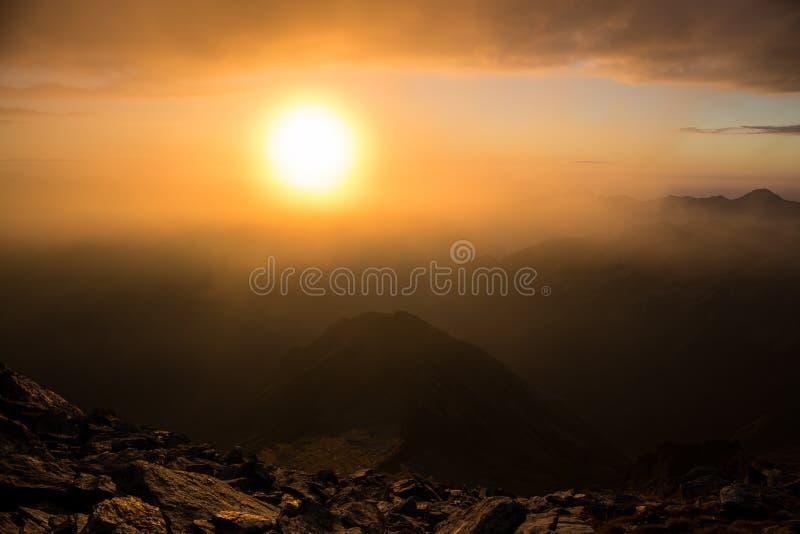 Nascer do sol em um pico de montanha fotografia de stock royalty free
