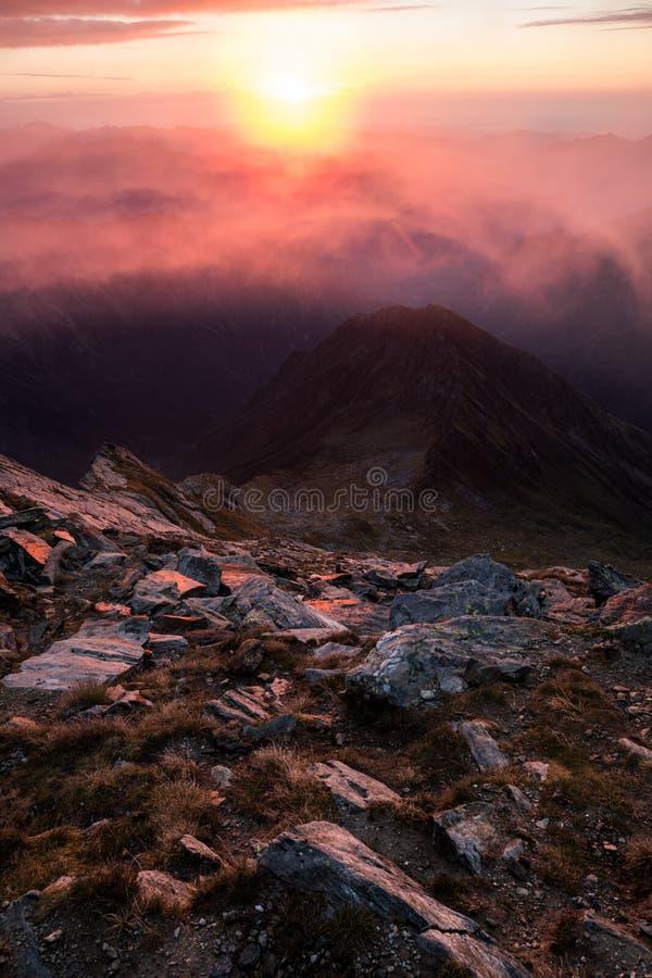 Nascer do sol em um pico de montanha foto de stock royalty free