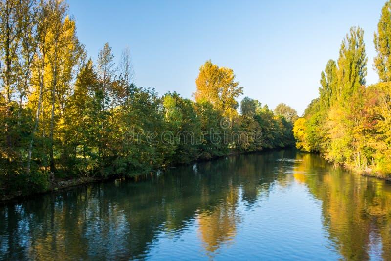 Nascer do sol em um rio com as folhas de outono coloridas imagens de stock
